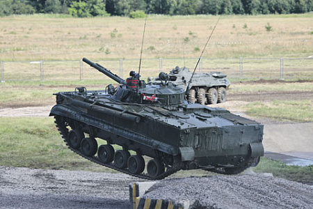 БМП-3 обладает не только повышенной огневой мощью, но и умеет летать. Фото Виталия Кузьмина