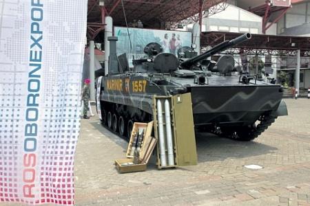 Главный российский бестселлер на индонезийском рынке – боевая машина морской пехоты БМП-3Ф у входа на выставку.