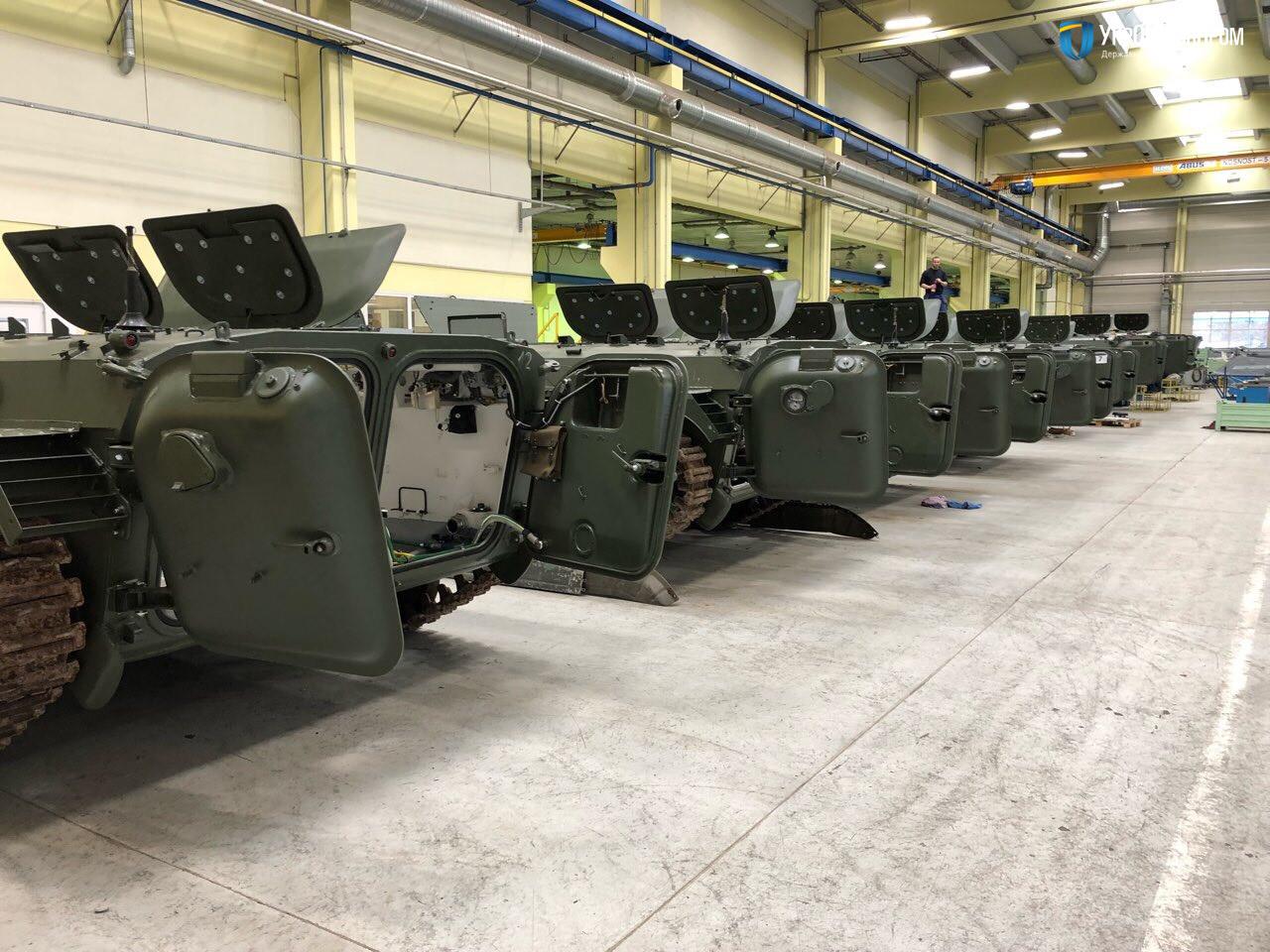 Подготовленные польской компанией Wtorplast к поставке на Украину приобретенные в Чехии БМП-1 (без башен).