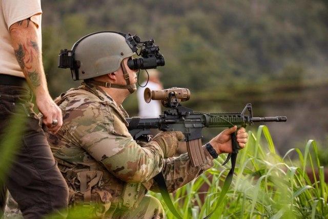 Боец с бинокуляром ENVG-B и винтовкой М4, оснащённой прицелом FWS-I