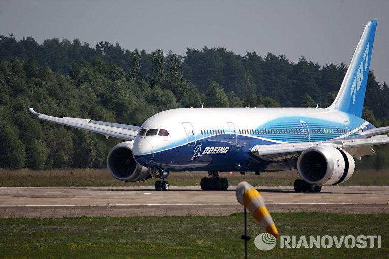 Самолет Boeing-787 «Дримлайнер» на аэродроме в подмосковном Жуковском, куда он прибыл для участия в авиасалоне «МАКС-2011» (Фото Валерий Мельников).