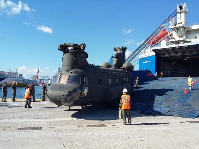 Выгрузка тяжелых транспортных вертолетов Boeing CH-47D Chinook в порту города Пирей в 11 ноября 2016 года.