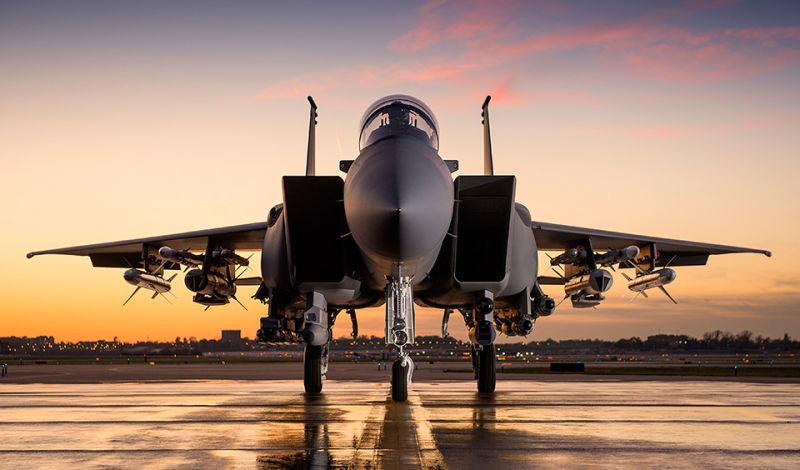 Истребитель Boeing F-15SA с полным комплектом вооружения.