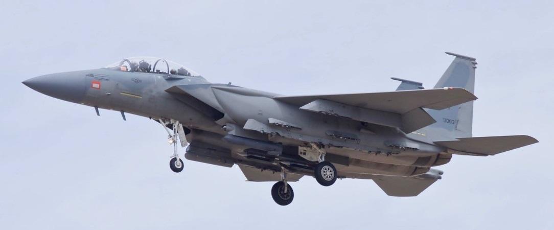 Один из проходящих отработку комплекса вооружения в США построенных для ВВС Саудовской Аравии многофункциональных истребителей Boeing F-15SA (номер ВВС США 12-003). Палмдейл, 27.04.2017. Предполагается, что приобретаемые Катаром истребители F-15QA будут близки по оборудованию к саудовским F-15SA.