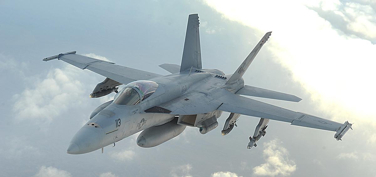 Истребитель Boeing F/A-18E Super Hornet авиации ВМС США .