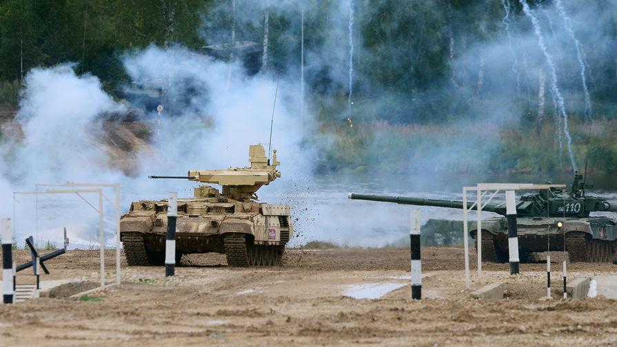"""Боевая машина огневой поддержки БМПТ """"Терминатор-3"""" и танк Т-72 во время военного шоу в Подмосковье, август 2017 года."""
