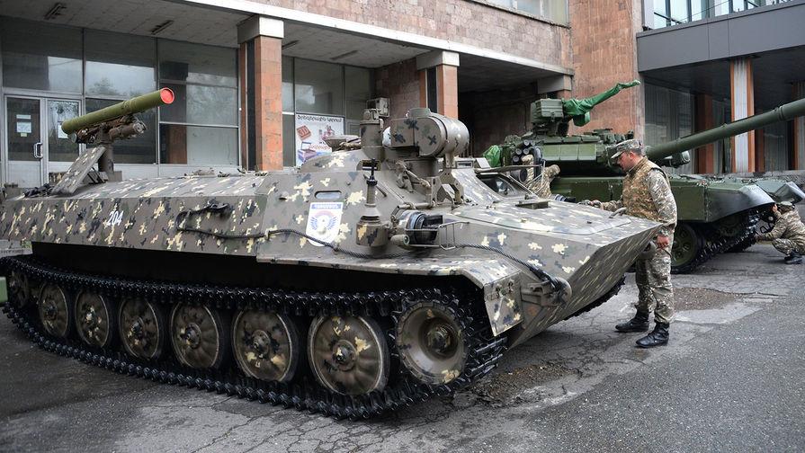 """Боевая машина противотанкового ракетного комплекса """"Штурм-С"""" на международной выставке вооружения и оборонных технологий """"ArmHiTec-2018"""" в Ереване."""