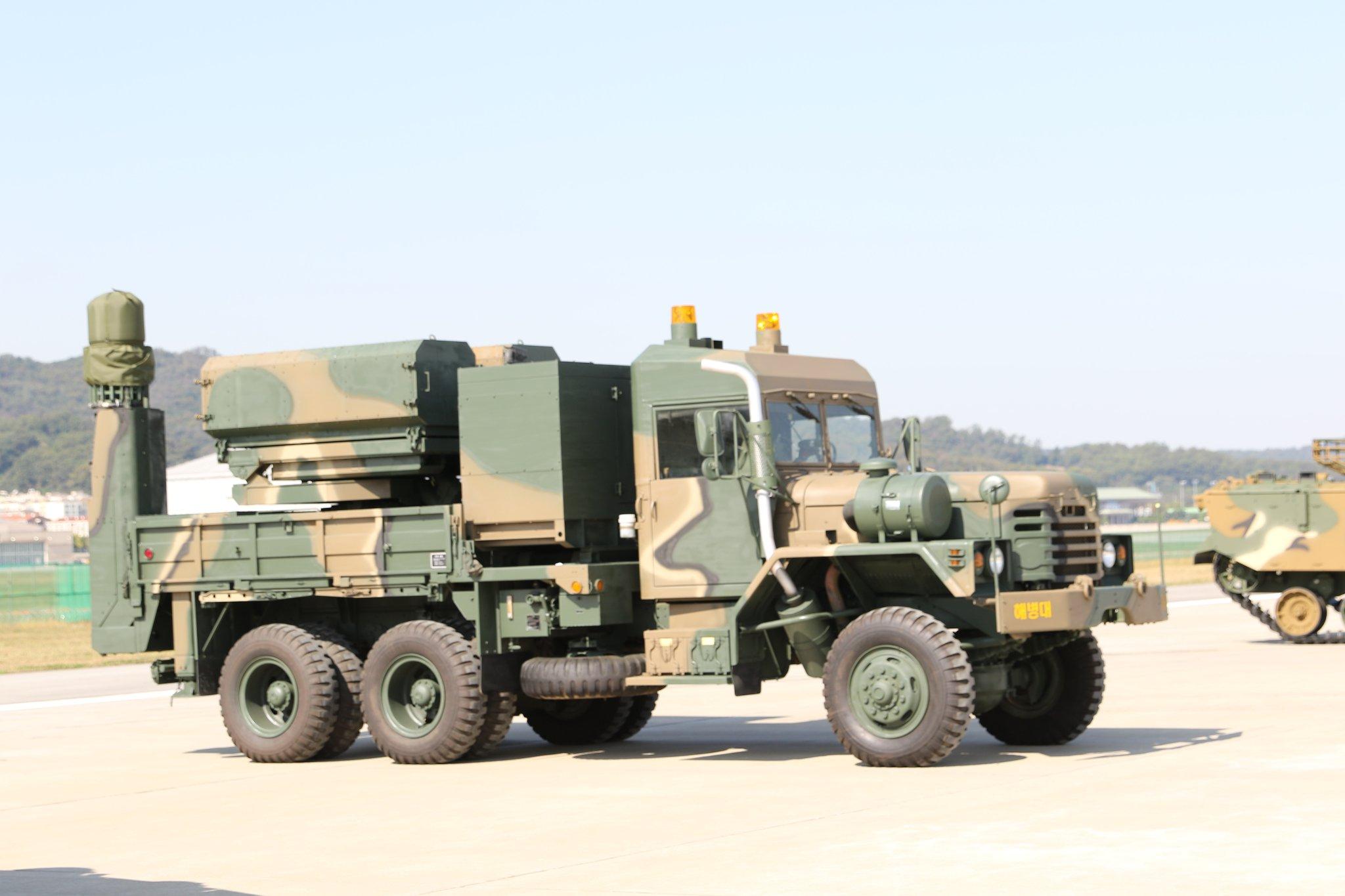Боевая машина южнокорейского ракетного комплекса Bigung с 70-мм управляемыми ракетами К-LOGIR. Сообщается, что данный образец будет продемонстрирован на выставке Seoul International Aerospace & Defense Exhibition 2017 (ADEX-2017) в Сеуле.