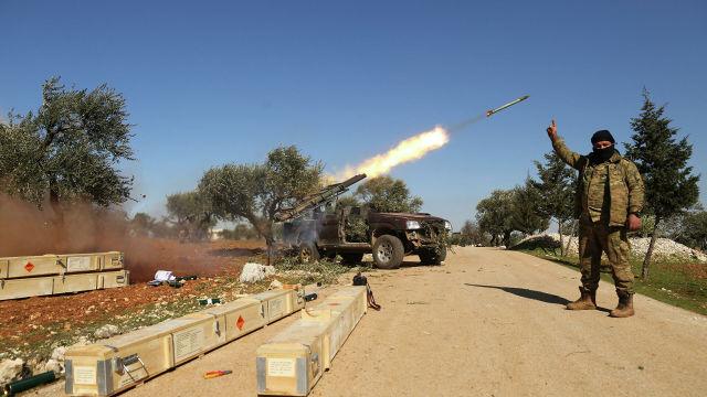 Боевики запускают ракету по позициям сирийского правительства в провинции Идлиб