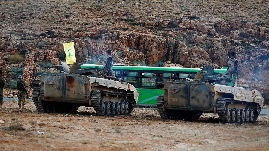 """Боевики """"Хезболлы"""" во время эскорта автобусов по территории Ливана, 2 августа 2017 года."""