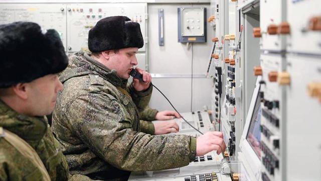 Боевой расчет зенитного ракетного комплекса С-400 «Триумф» на дежурстве