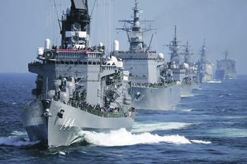 Боевые корабли Военно-морских Сил самообороны Японии на учениях, в кильватерном строю.