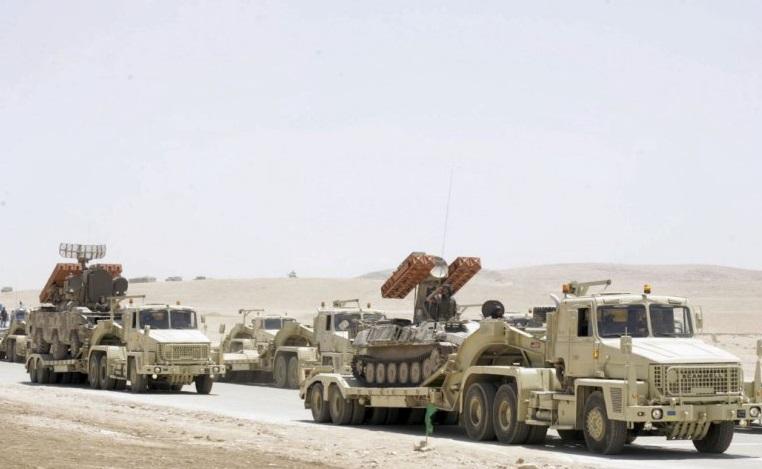 """Боевые машины 9А33БМ зенитного ракетного комплекса 9К33М2 """"Оса-АК"""" (на заднем плане) и 9А35 зенитного ракетного комплекса 9К35 """"Стрела-10"""" (на переднем плане) армии Иордании при перевозке на транспортерах."""