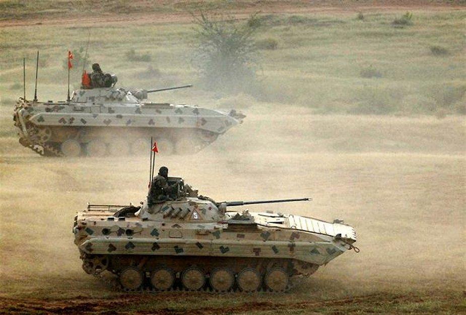 Боевые машины пехоты Sarath на учениях.