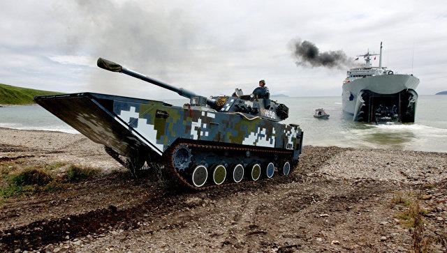 Боевые машины пехоты Военно-морских сил Народно-освободительной армии КНР выходят на берег во время высадки морского десанта.