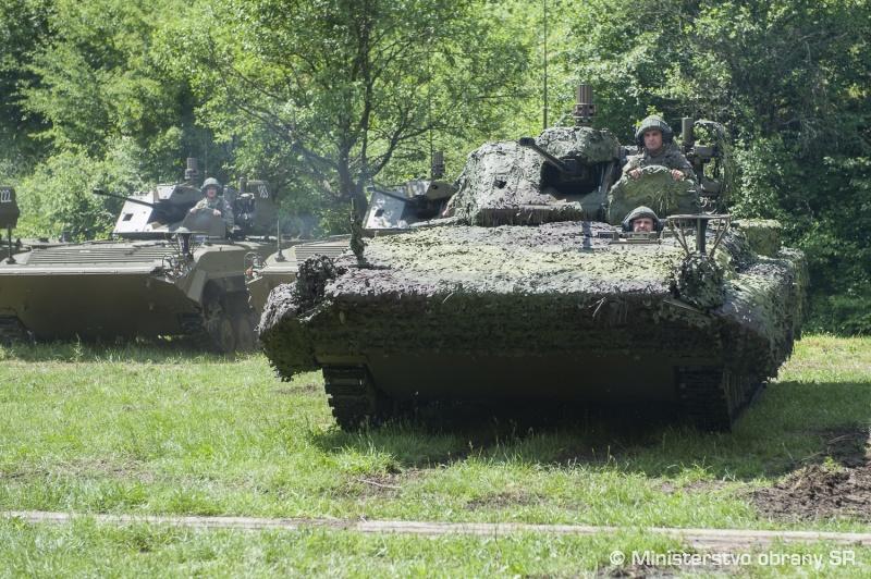 Переданные армии Словакии первые модернизированные боевые разведывательные машины BPsVI и модернизированные боевые машины пехоты BVP-M. 29.05.2018.