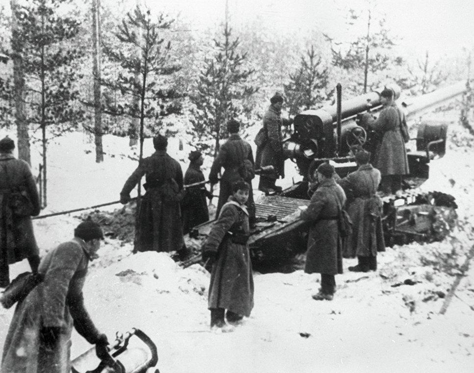 Бойцы Красной армии обстреливают финские укрепления.