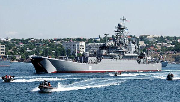Большой десантный корабль Азов во время празднования Дня Военно-морского флота России в Севастополе. Архивное фото