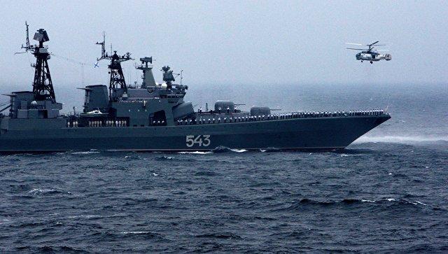 Большой противолодочный корабль (БПК) Маршал Шапошников и вертолет Ка-27ПС Тихоокеанского флота РФ.