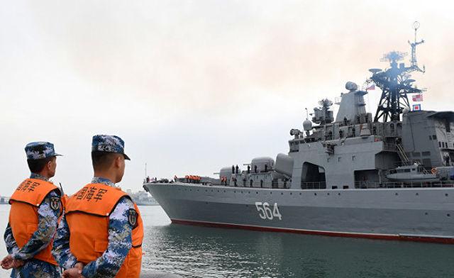 """Большой противолодочный корабль ВМФ России """"Адмирал Трибуц"""" прибывает на китайско-российские совместные военно-морские учения в Циндао"""