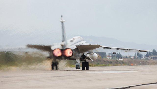 Бомбардировщик Су-24 ВКС России на авиабазе Хмеймим в Сирии. архивное фото.