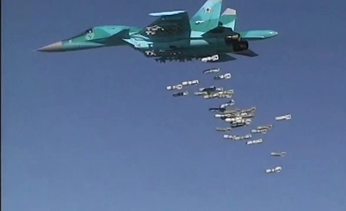 Бомбардировщик Су-34 ВКС РФ во время нанесения бомбовых авиаударов по объектам ИГ в Сирии.