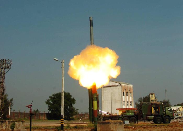 Первый испытательный пуск с наземной пусковой установки сверхзвуковой ракеты BrahMos ER (Extended Range) с увеличенной дальностью стрельбы на индийском ракетном полигоне в Чандипуре (штат Орисса), 11.03.2017.