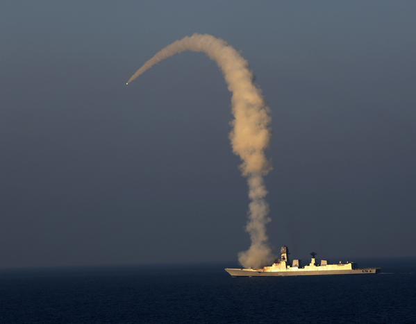 Испытательный пуск сверхзвуковой крылатой ракеты BrahMos с эсминца INS Kolkata.  14 февраля 2015г.