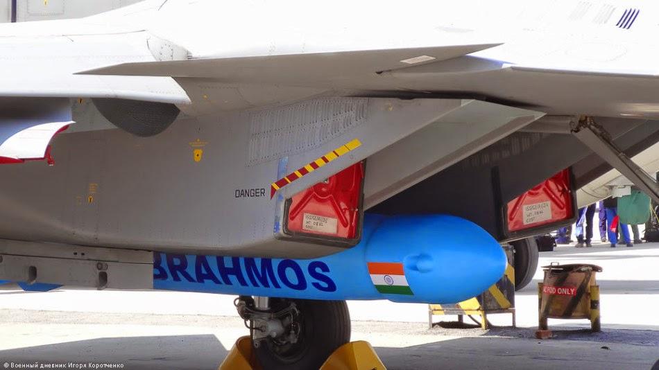 Макет сверхзвуковой крылатой ракеты BrahMos под истребителем Су-30МКИ на авиавыставке Aero India 2015.