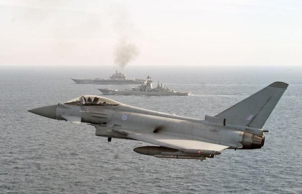 """Истребитель Королевских ВВС """"Typhoon"""" (на переднем плане), крейсер """"Петр Великий"""" (на среднем плане) и авианосец """"Адмирал Кузнецов"""" ( на заднем плане)"""