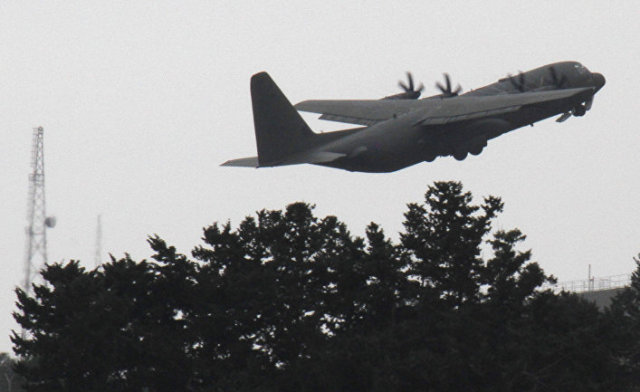 Британский военно-транспортный самолет С-130 взлетает с военной базы Акротири, Кипр
