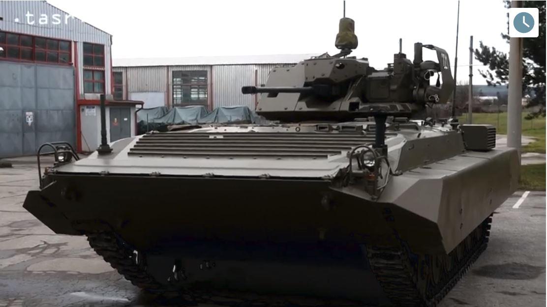 Словацкая модернизированная боевая разведывательная машина Bojove Prieskumne Vozidlo ISTAR (BPsVI) - вверху на заводе MSM Martin в Тренчине, внизу на испытаниях в Военно-техническом и испытательном институте (VSTU) министерства обороны Словакии в Загорье, 2016 год.