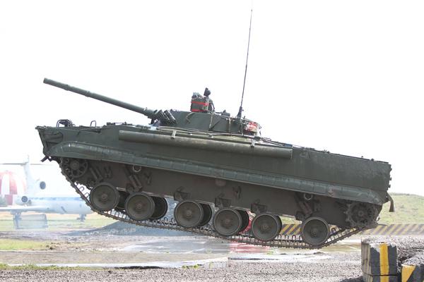 Плавающая бронемашина для морской пехоты БМП-3Ф.