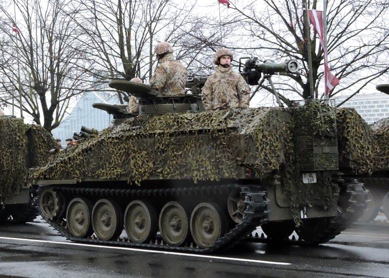 Бывший британский бронетранспортер FV103 Spartan семейства CRV(T) латвийской армии, оснащенный пусковой установкой противотанкового ракетного комплекса Rafael/EuroSpike Spike-LR, на военном параде в Риге, 18.11.2016.