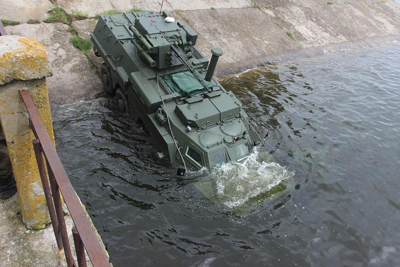 Испытания модифицированного экспортного варианта колесного бронетранспортера БТР-4 для морской пехоты на Салтовском водохранилище в Харьковской области. Май 2016 года.