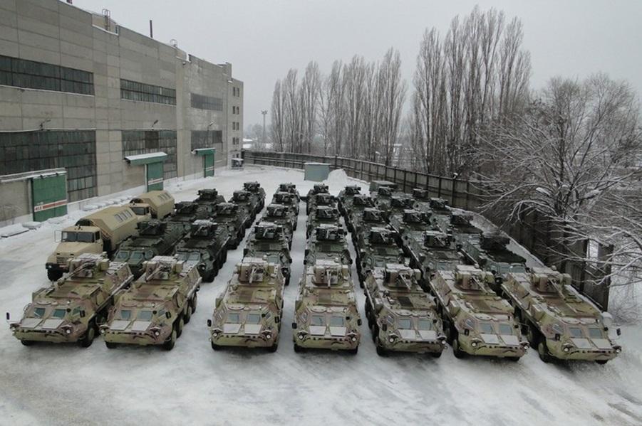 """Экспортные бронентранспортеры БТР-4Е и """"технички"""" на базе грузовых автомобилей """"КрАЗ""""."""