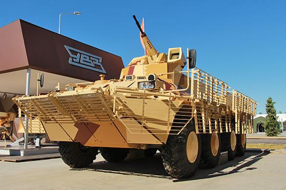 БТР-80 с новым дистанционно управляемым боевым модулем и комплексом защиты.