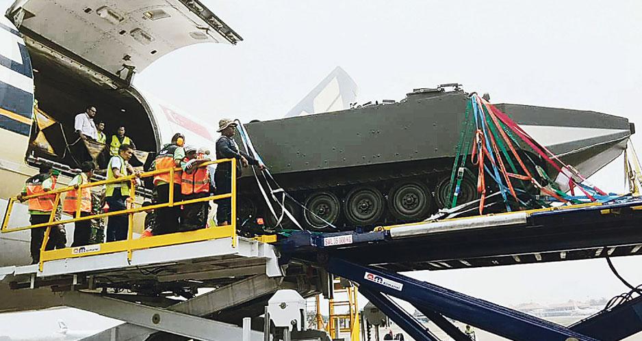 Выгрузка одного из пяти полученных индонезийской армией из Италии гусеничных амфибийных бронетранспортеров M113 Arisgator.