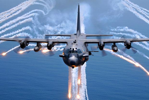 C-130 после выпуска тепловых ловушек: следы после их активации образуют похожий на ангела силуэт — за это самолет получил прозвище «Ангел смерти».