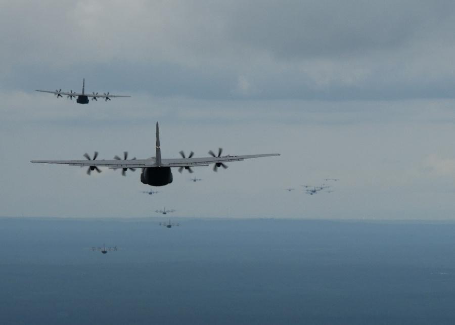 Групповой полет военно-транспортных самолетов C-130J Super Hercules