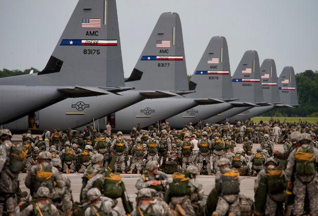 Погрузка солдат на транспортники C-130J