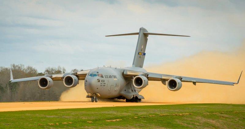 Транспортный самолет C-17 Globemaster III осуществляет взлет 14-го марта 2014-го года в зоне Geronimo объединенного учебного центра, Форт Полк, штат Луизиана. Экипажи обучаются медицинской эвакуации в условиях, приближенным к боевым.