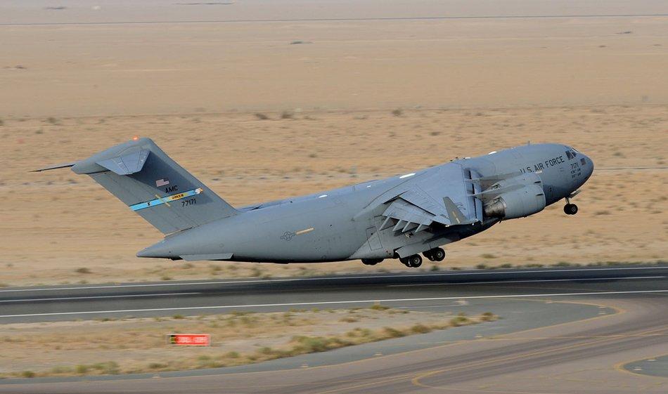 Взлет военно транспортного самолета C-17 Globemaster III 386-го экспедиционного крыла ВВС 21-го апреля 2013-го года, Юго-Западная Азия. C-17 является новейшим, наиболее гибким грузовым самолетом входящим в ВДВ и способен к быстрой стратегической доставке войск и всех видов грузов на основные оперативные базы или непосредственно на передовые базы в зонах их развертывания. C-17 развернуты на авиабазе Dover, штат Делавэр (Фото старшего сержанта Джорджа Томпсона (George Thompson), ВВС США). Источник: strategypage.com.