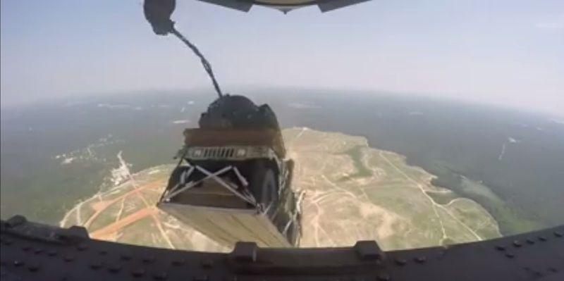 Сброс с борта тяжелого транспортного самолета С-17 Globemaster группы многоцелевых автомобилей Humvee.