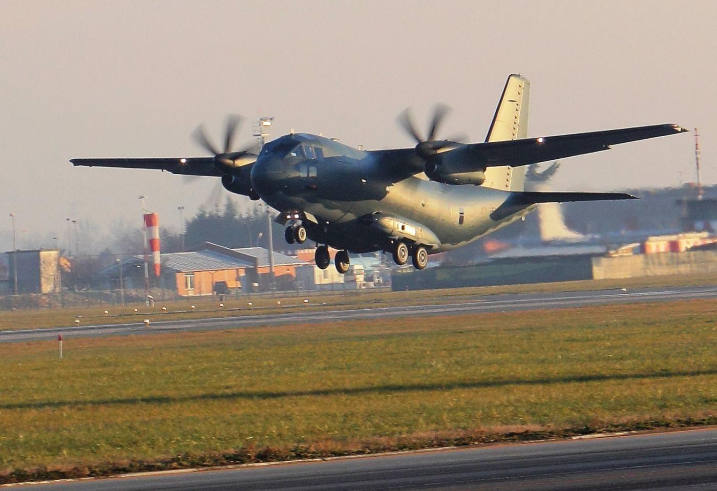 Первый самолет Alenia Aermacchi C-27J (серийный номер 4179, бортовой номер A34-001, временная итальянская регистрация I-EASC), построенный для ВВС Австралии, в первом полете. Турин, 19.12.2013.