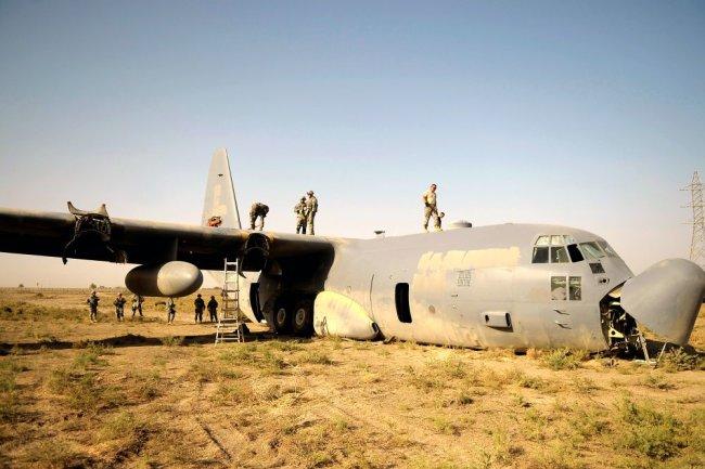 Поврежденный военно-транспортный самолет C-130J Hercules ВВС Великобритании.