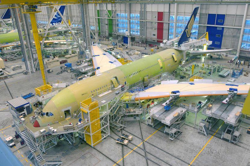 Cборочный цех пассажирских самолетов сверхбольшой вместимости Airbus А380 на предприятии группы Airbus в Тулузе.