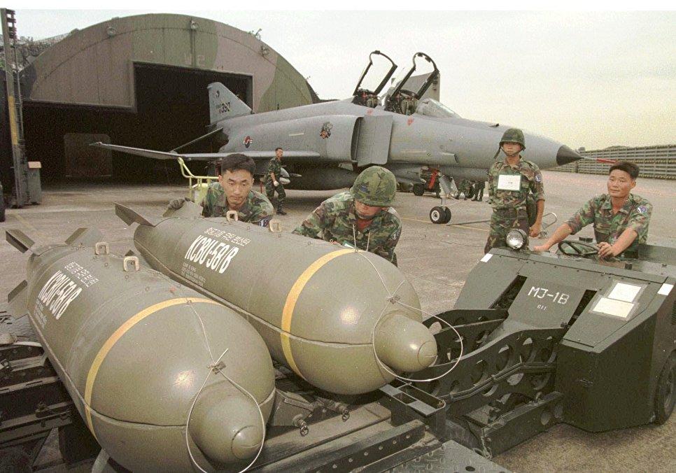 Южнокорейские военные готовят к загрузке кассетные бомбы CBU-58B во время совместных учений Южной Кореи и США. 19 августа 1997.