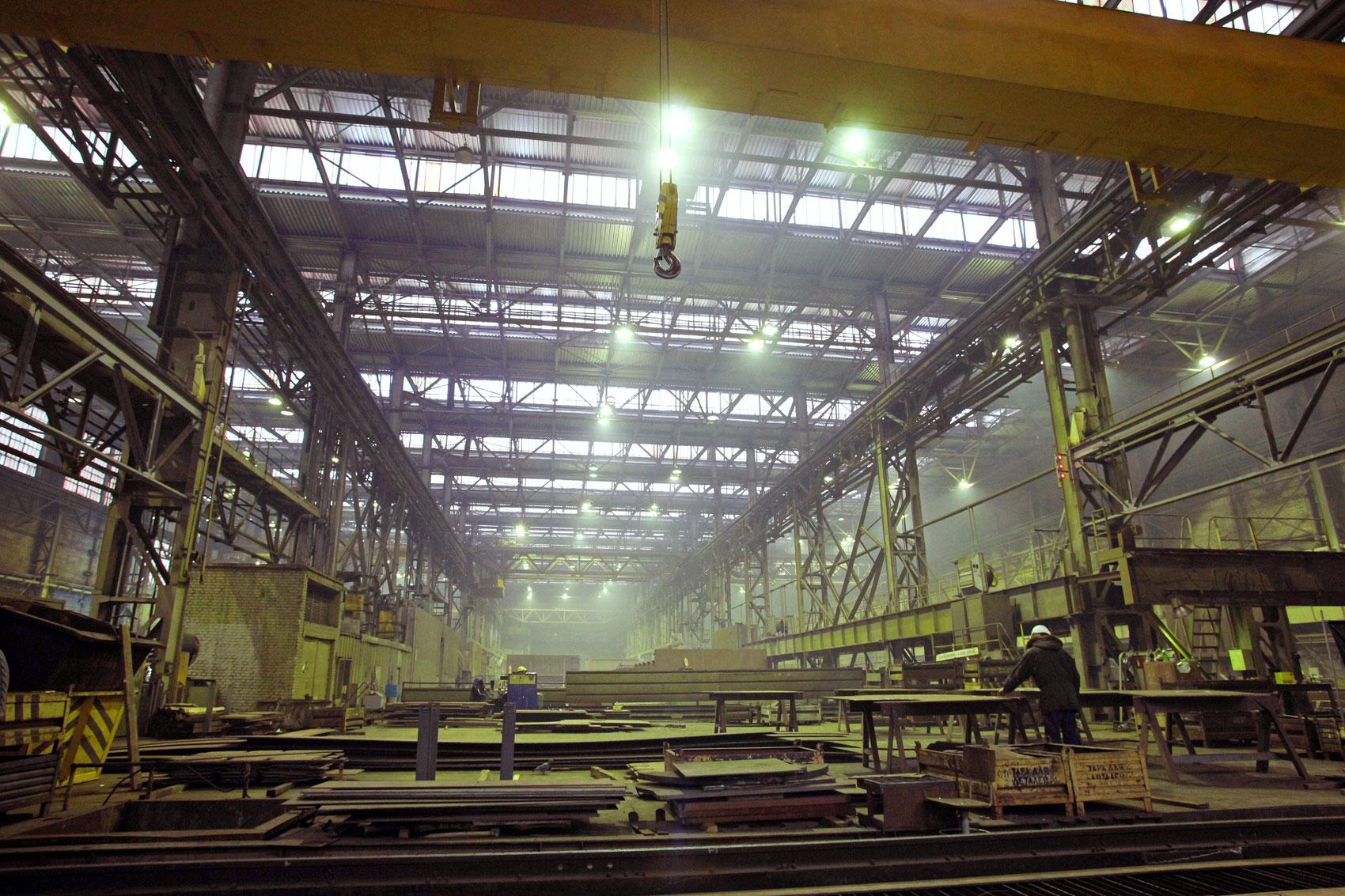 В цеху Выборгского судостроительного завода.