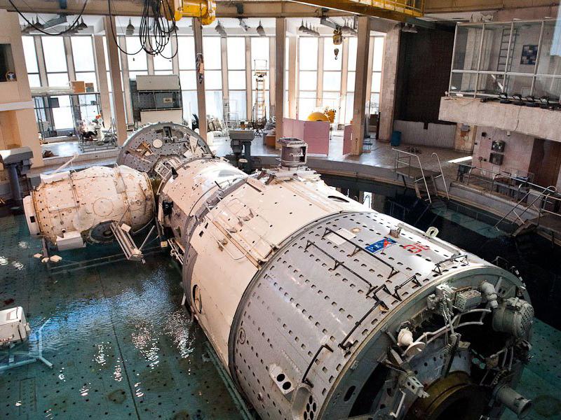 Подводные тренажеры в круглом бассейне в Центре Подготовки Космонавтов имени Гагарина.